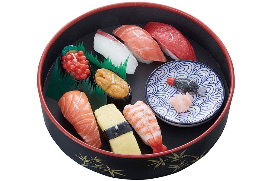 寿司桶に入った豪華な「寿司づくしキャンドルギフトセット」(3000円・税別)は、帰省などの手土産・お供えに最適。ガリ、醤油差しもキャンドル!
