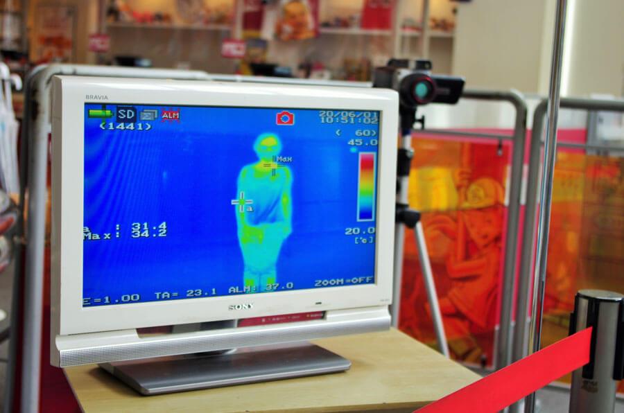 来場者は、チケット売り場で非接触の体温計と入場口のサーモグラフィの2カ所で体温を測定。随所に大型の空気清浄機も設置されるなど感染対策が徹底された(6月1日・キッザニア甲子園)