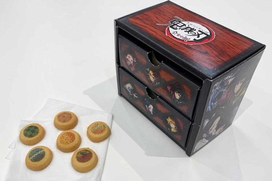 食べ終われば小物入れになる『TVアニメ「鬼滅の刃」全集中展』のボックスクッキー(1600円)