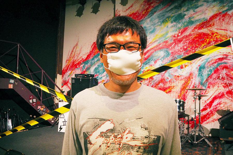「僕も人と会えなかったので、うれしい」とアベノマスクで笑顔の加藤さん(1日・堺市堺区)