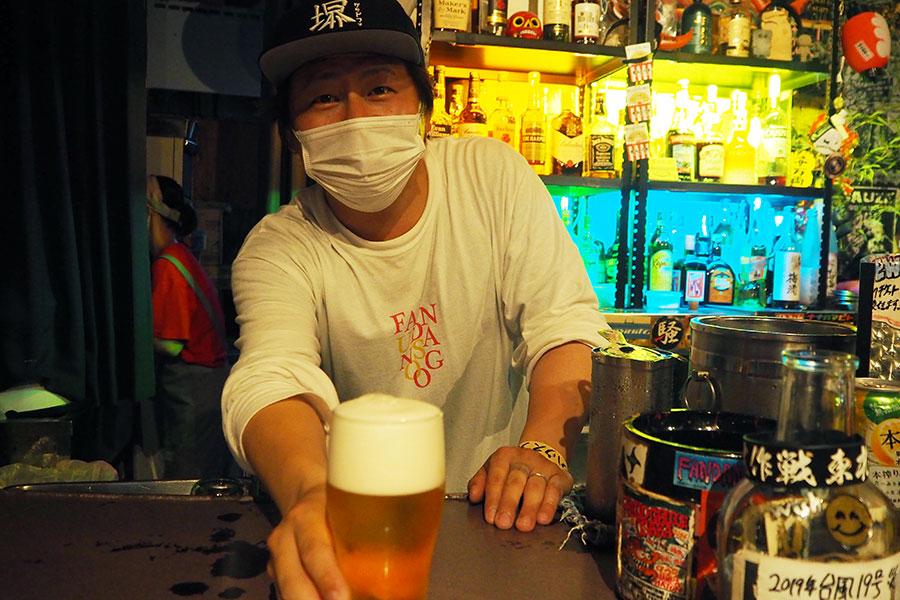 生ビールを提供する「堺ファンダンゴ」店長の村上さん(1日・堺市堺区)