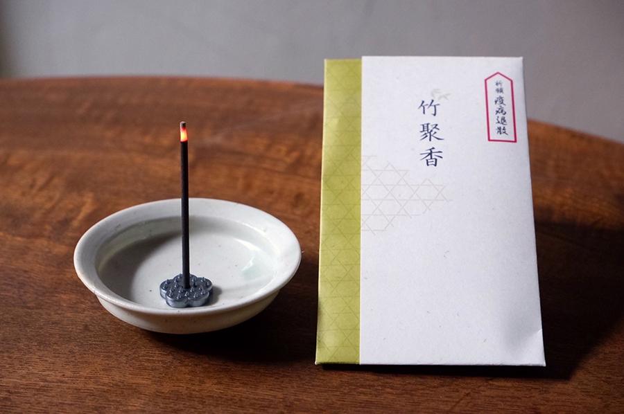 山田松香木店のお香「竹聚香」。封筒に入れて送れるので、ちょっとしたご挨拶にも気が利いている