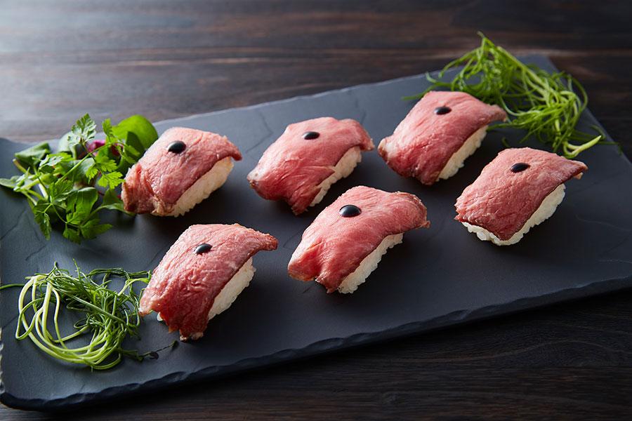牛肉をシャリにのせた肉寿司