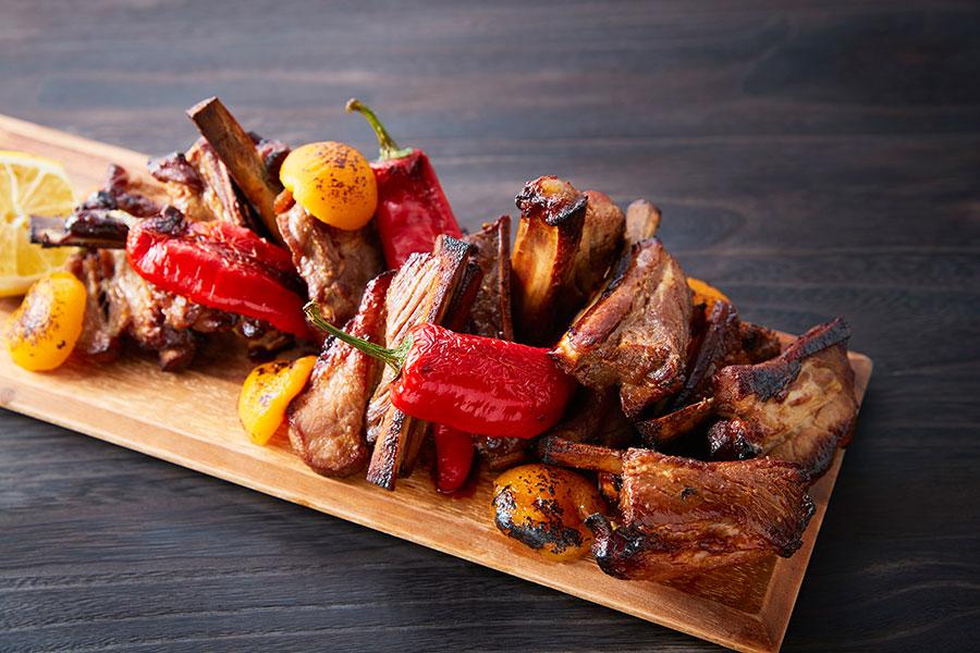 甘辛い味付けでこってりと仕上げたスペアリブ 肉とタレの艶やかな照りに、カラフルな焼き野菜