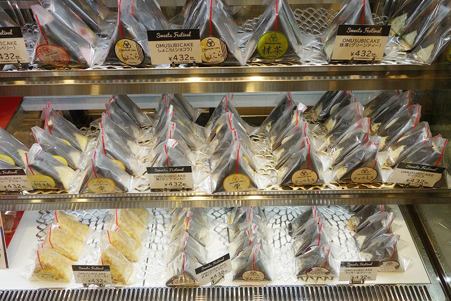 大阪のパティスリー『TSUKIICHI(ツキイチ)』の「OMUSUBI Cake」。チーズケーキ、クッキー&クリームなどのフレーバーがそろう