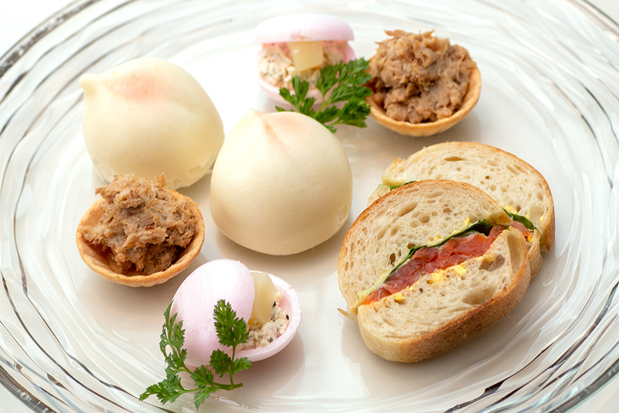 桃まんじゅうをはじめ、クリームチーズと組み合わせた「桃とブルサンポワブル」、豚のリエット、アボカドとスモークサーモンのサンド。写真は2人分
