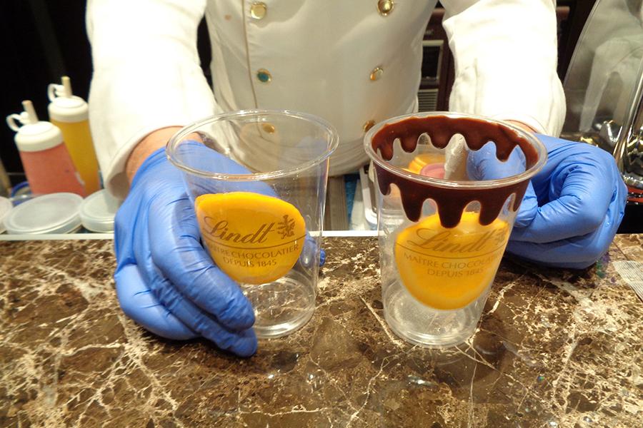 アイスチョコレートドリンクは、カップにチョコで描かれるしずく模様にも注目