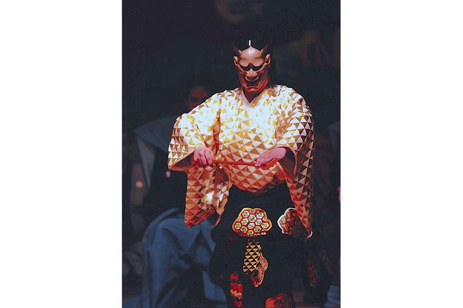 能「道成寺」で、大蛇になった女の装束に、ウロコを表す三角形の紋が。この「ウロコ紋」を厄年の人が厄除けに身につける風習もある(林宗一郎:吉岡恒法撮影)