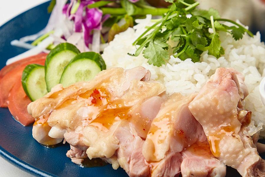 生姜と葱を自家製タレに一晩漬け込んで、柔らかく低温で蒸し上げた海南チキンライス(カオマンガイ)