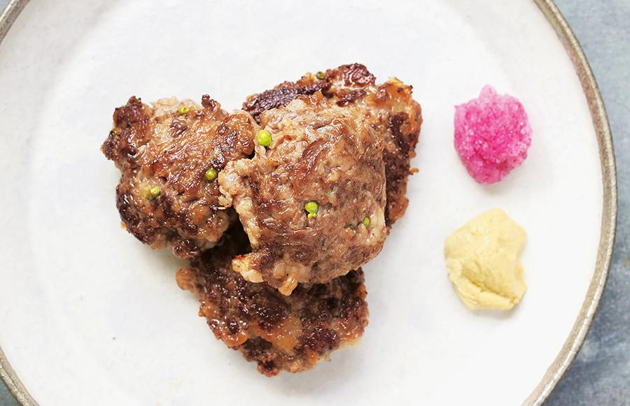 挽肉ではなく、牛肉のこま切れを使った「実山椒ハンバーグ」