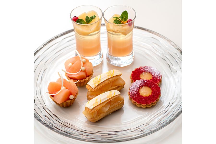 シャンパンと桃のジュレ、桃と杏仁のエクレア、桃とクリームチーズのタルト、桃ジャムサンドクッキー。写真は2人分