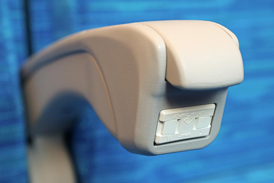 普通車、グリーン車の全座席のひじ掛けに電源コンセントが。写真提供:JR東海