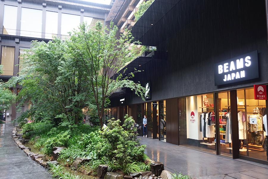 中庭を囲むように店が並ぶ、「BEAMS JAPAN」(右手前)と「CAFE KITSUNE」は関西初出店