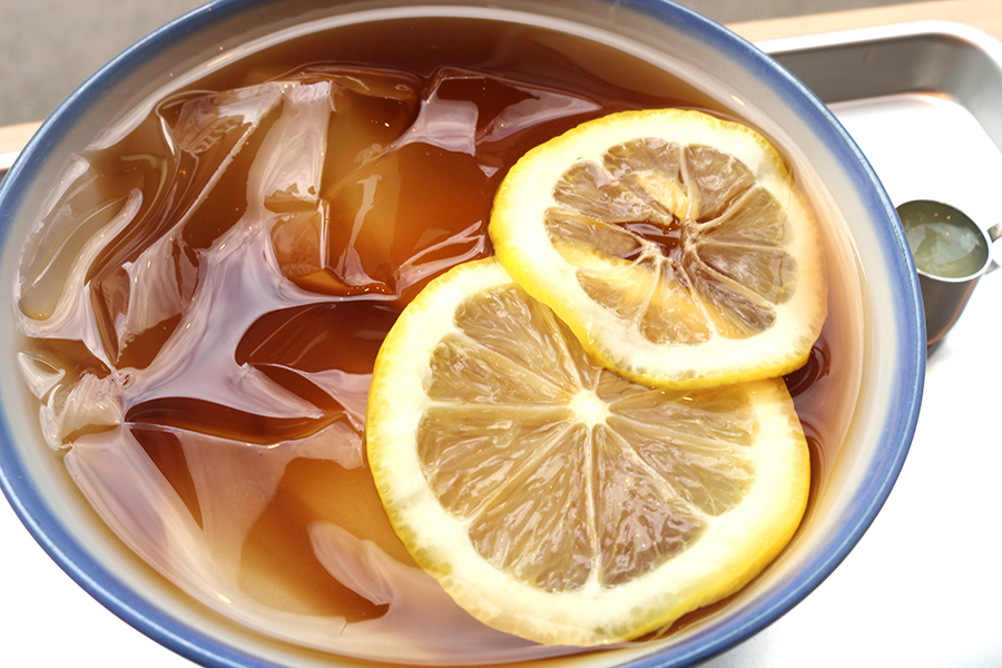 涼しげなビジュアルの「レモンあいぎょくゼリー」。台湾では愛玉子ゼリーを、飲み物やかき氷にトッピングして楽しむのだそう。添えられたレモン果汁を入れるとより爽やかな風味に