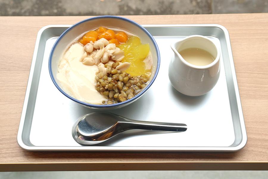 「豆乳豆花」は、添付の豆乳シロップをたっぷりかけていただく。今後はより本格的な味をめざして、台湾から豆乳メーカーを輸入。豆乳も手作りする予定だそう