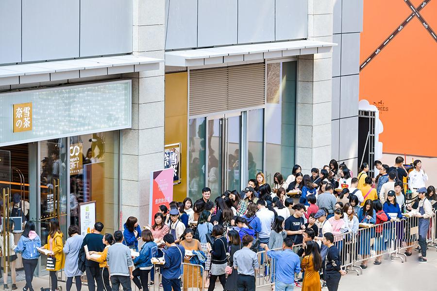 中国での「奈雪の茶」オープン時の行列の様子