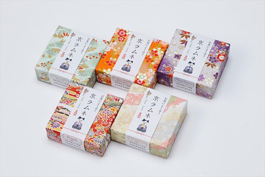 味は青りんご、温州みかん、ブルーベリー、桃、柚子の5種。友禅和紙の箱は土産向き