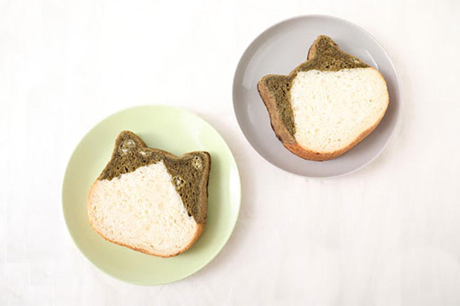 「ねこねこ食パン ほうじ茶」は、耳部分にほうじ茶の生地を使用し、ホワイトチョコチップ入り