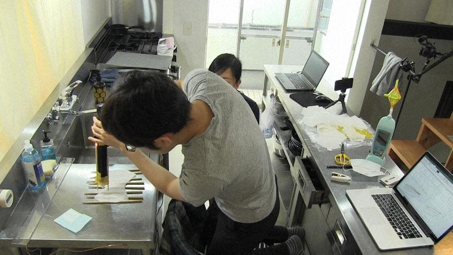 キッチンでマスク開発をおこなう石垣准教授(C)NHK