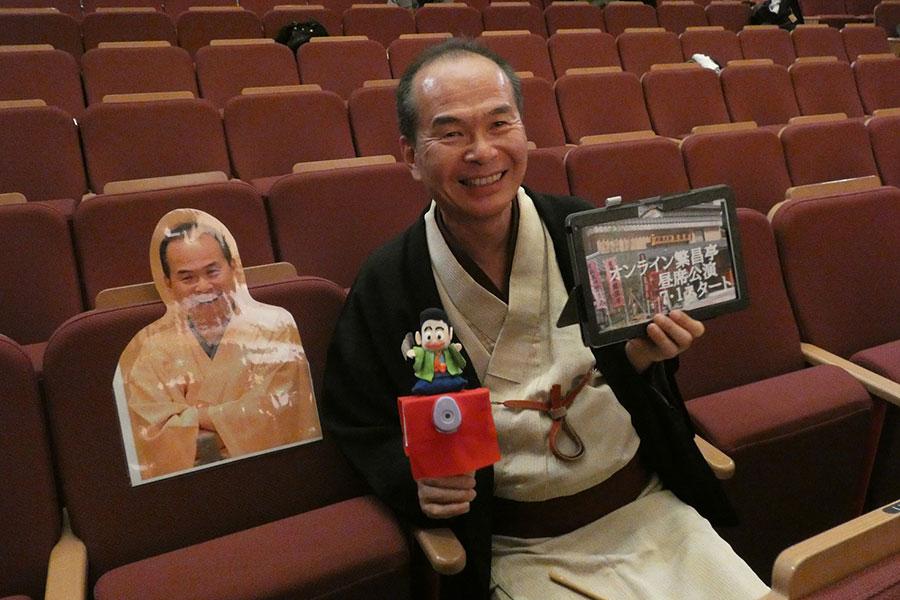 6月15日に開催された再開会見にて、自身のパネルと並ぶ上方落語協会の笑福亭仁智会長