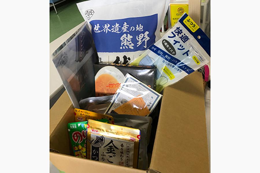新宮市から学生に送られた支援物資。お米など食料のほか、新宮市の観光パンフレットや絵はがきも好評だったという