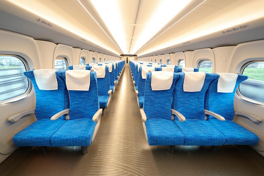 座席のリクライニングは座面と背もたれが連動。写真提供:JR東海