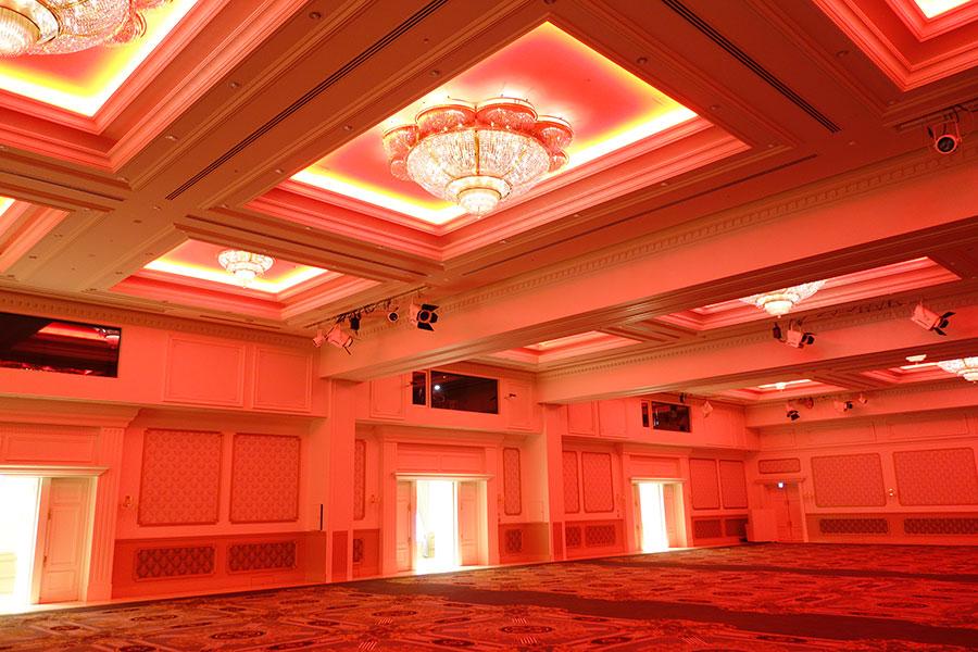 大宴会場「宝寿」。LED演出でこんな色にも変化