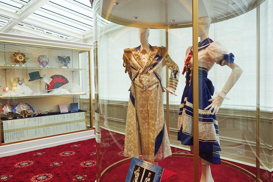 2階のギャラリーでは衣裳や小道具を展示。写真の衣裳は新しい宝塚ホテルの「船出」にちなんで、雪組『SUPER VOYAGER』より