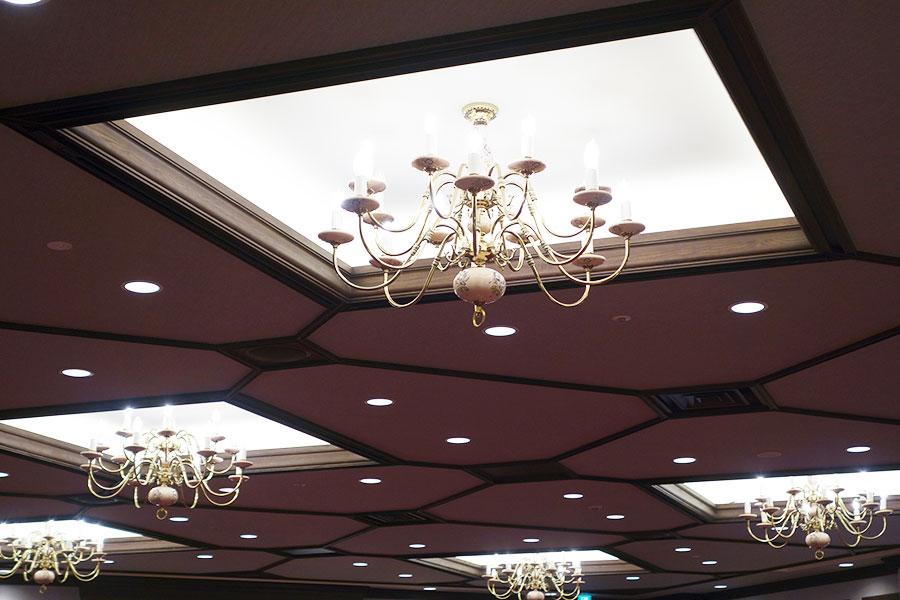 宴会場「舞花」のシャンデリア。阪神間モダニズムを感じる粋なデザインが施されている