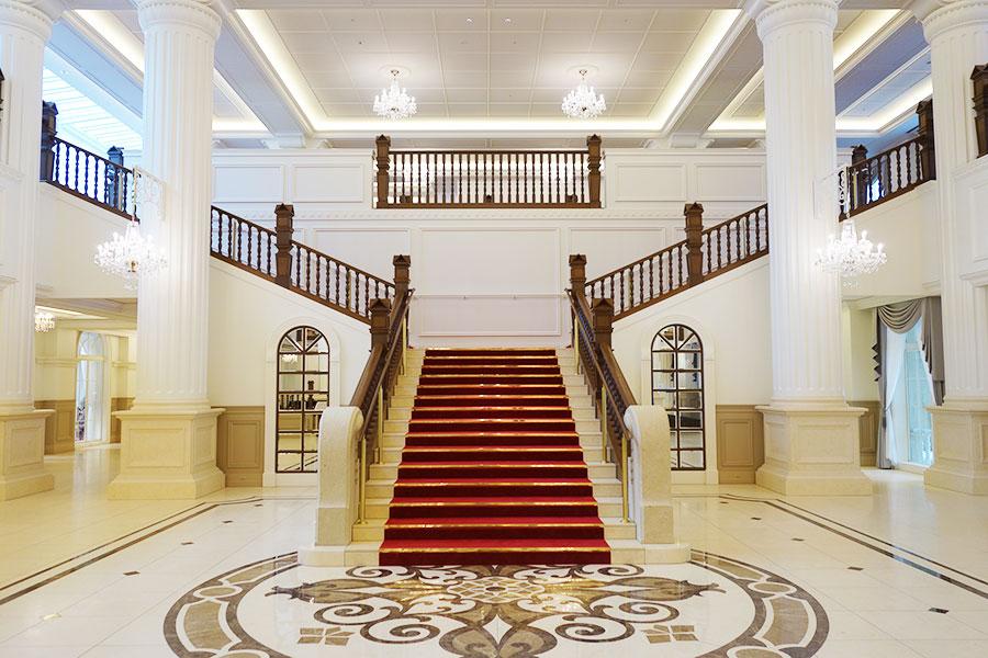 以前の意匠を引き継いだ、真っ赤な絨毯が敷かれた階段。よりエレガントに