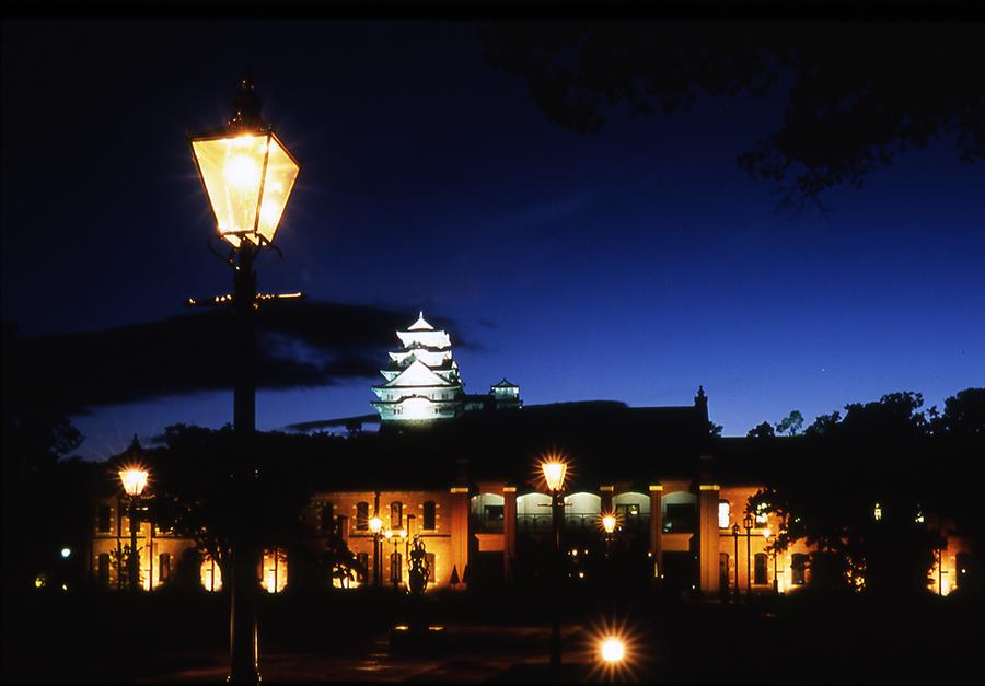 姫路市立美術館と前庭(特別夜間開館時のイメージ)