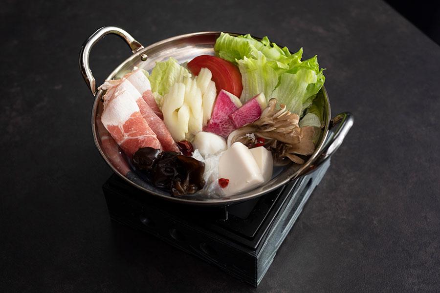 薬膳ひとり火鍋は、スープは干しエビ&干し貝柱のスープ、香港ピリ辛スープから選べる