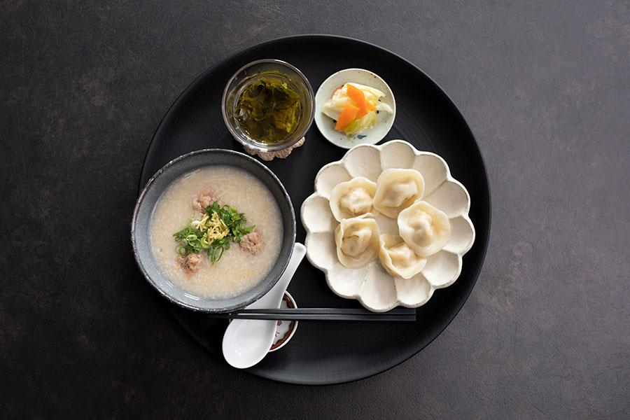 香港粥と薬膳水餃子2種のセット1390円は、お茶付き。お粥は野菜やピータンなどの具材から選べる