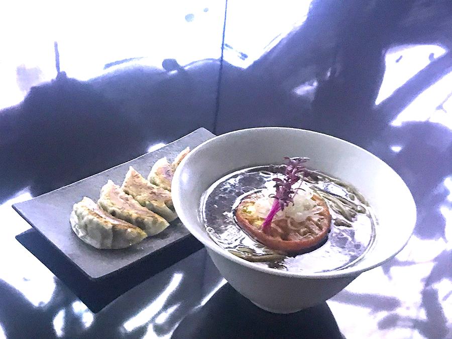 ヴィーガンラーメン醤油は1200円(税別)、ヴィーガン餃子は700円(税別)。店内の照明で撮影したため不思議な色に