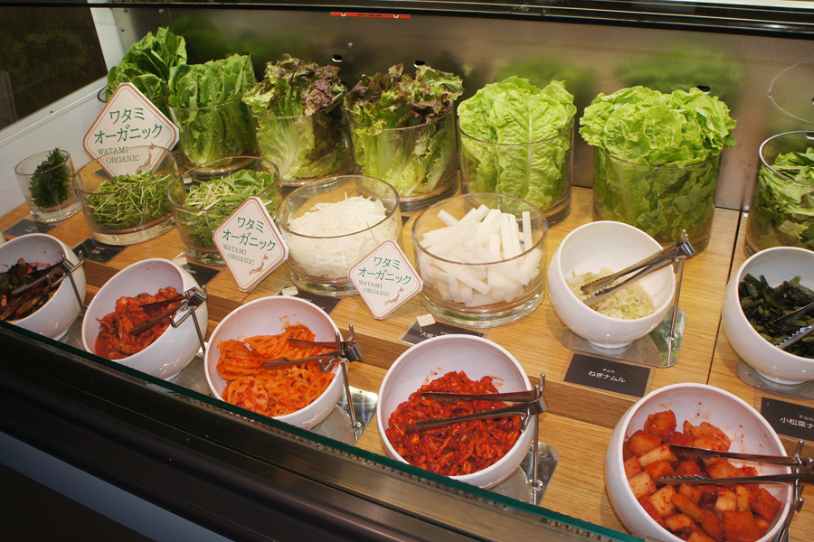 サラダバーでは、ワタミファームの新鮮なオーガニック野菜やナムルなどが提供される