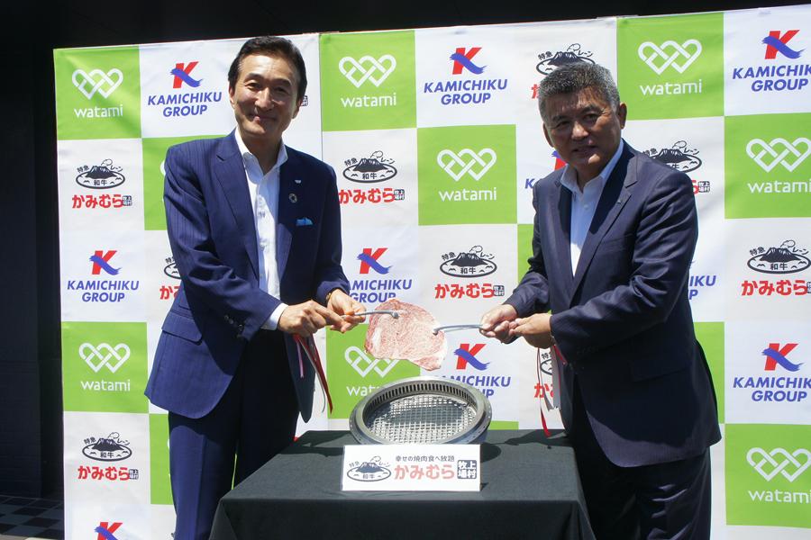 左からワタミの会長・渡邉美樹氏とカミチクグループ会長・上村昌志氏