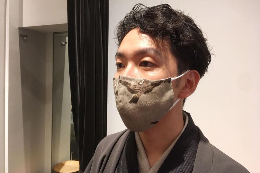 若冲・雀柄の「温度調節布マスク」を装着する京都店の清野店長
