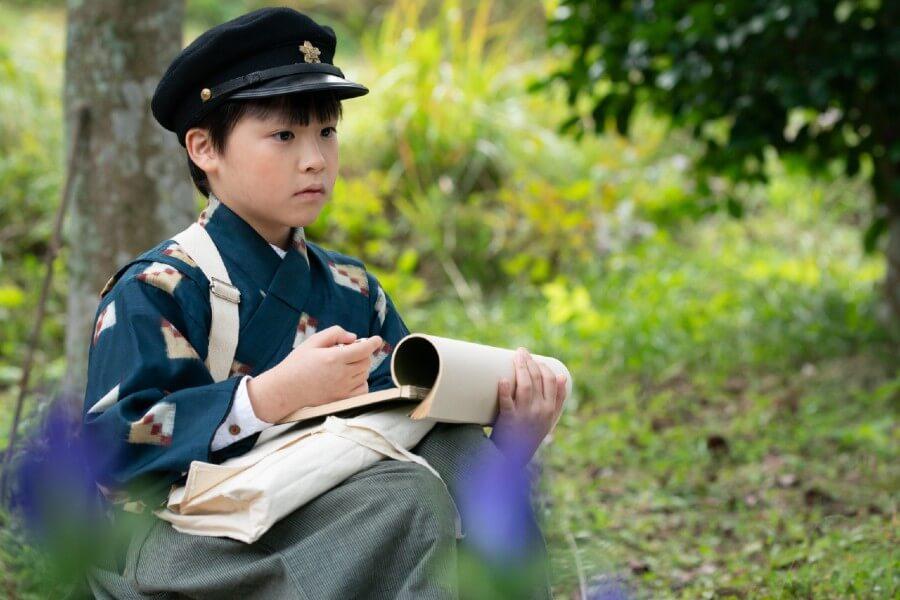控えめでおとなしい性格に育った裕一(石田星空) (C)NHK