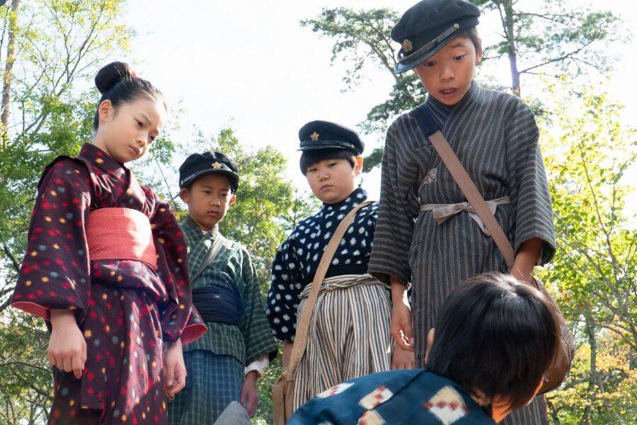 裕一を取り囲むいじめっ子たち。左から、とみ(白鳥玉季)、史郎(細井鼓太)、太郎(田村継)、鉄男(込江大牙) (C)NHK