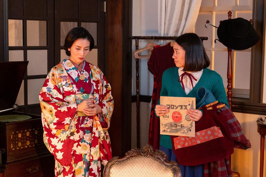 裕一の曲『船頭可愛いや』を環(柴咲コウ)に聞いてもらう音(二階堂ふみ)(C)NHK