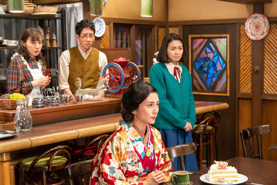 喫茶「バンブー」で環(柴咲コウ)と対面する裕一(C)NHK
