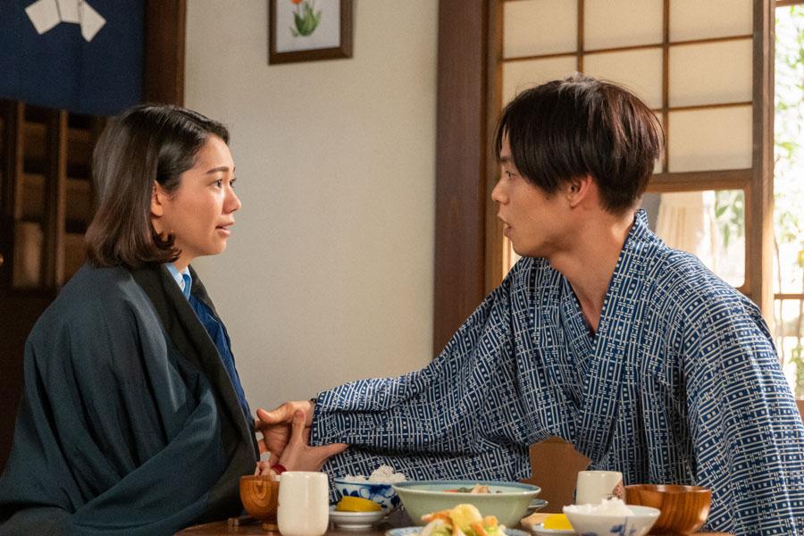 妊娠を喜びながらもこれからのことを話す音(二階堂ふみ)と裕一(窪田正孝)(C)NHK
