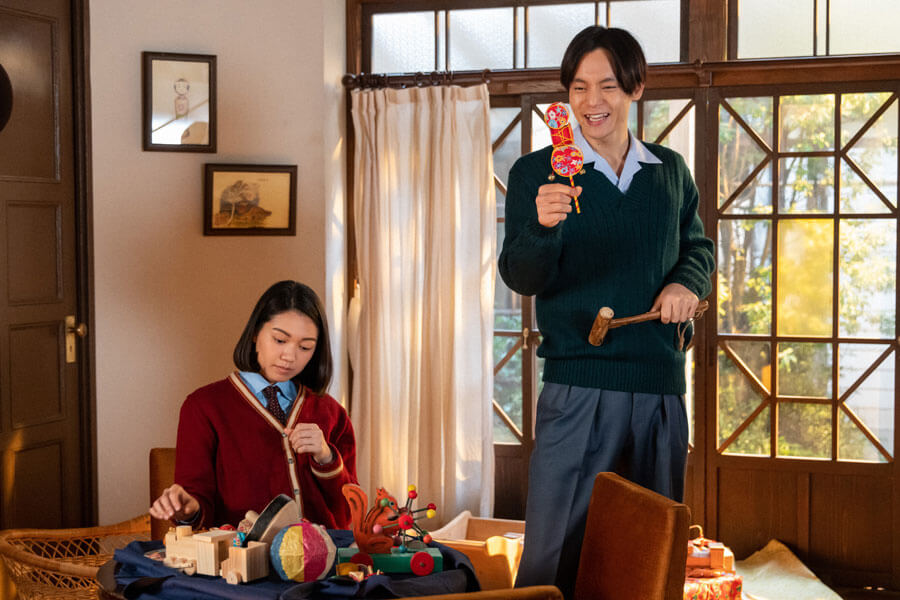 気の早い裕一(窪田正孝)が集めたおもちゃを眺める音(二階堂ふみ)(C)NHK