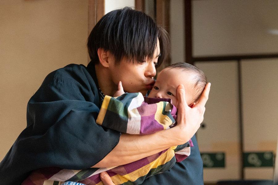 娘の華を愛でる裕一(窪田正孝)(C)NHK
