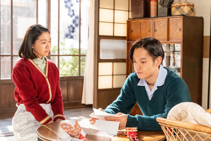 手紙を読み、考え込む裕一(窪田正孝)と見守る音(二階堂ふみ)(C)NHK