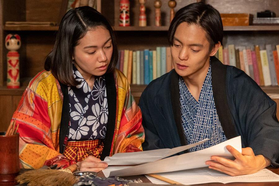 楽譜を見つめる裕一(窪田正孝)と音(二階堂ふみ)(C)NHK