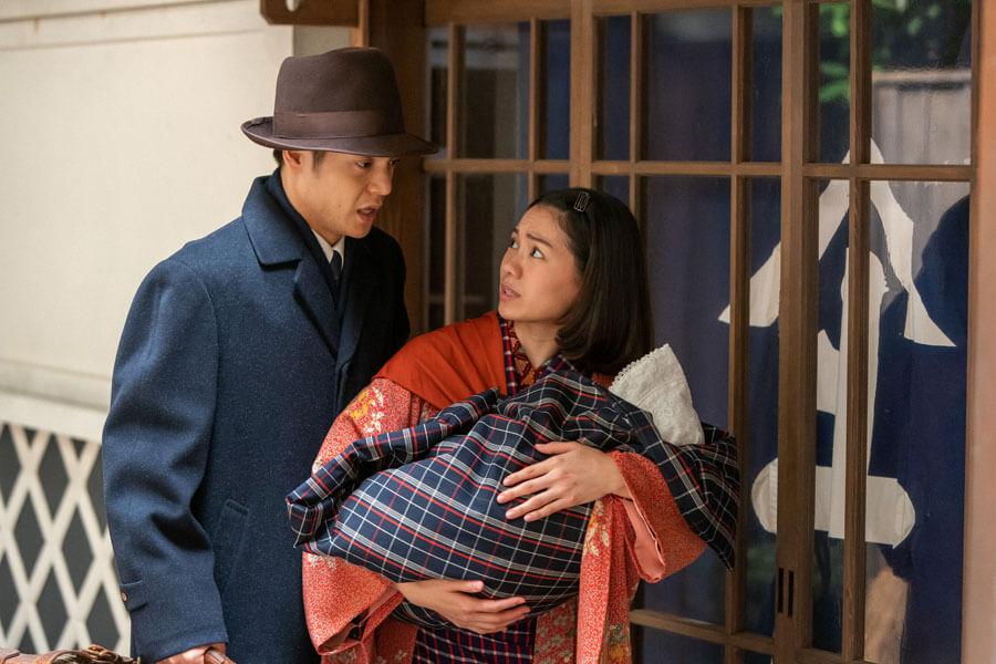 実家の前でためらう裕一(窪田正孝)と音(二階堂ふみ)(C)NHK