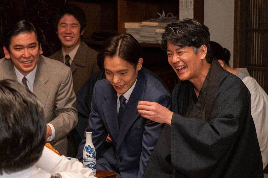 三郎(唐沢寿明)や旧知の人々との久しぶりの再会を喜ぶ裕一(窪田正孝)(C)NHK