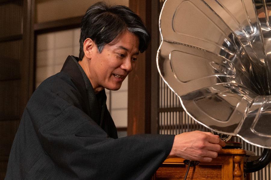 蓄音機を流す三郎(唐沢寿明)(C)NHK