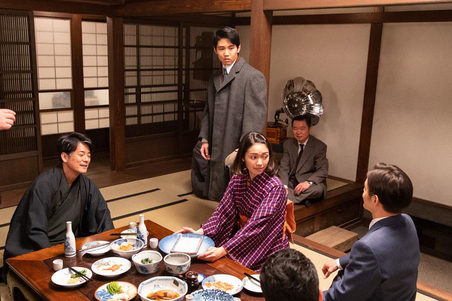 裕一(窪田正孝)との再会を喜ぶ宴会中に帰宅した浩二(佐久本宝)(C)NHK
